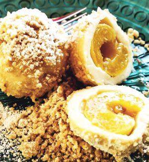 Marillenknödel mit Butterbrösel