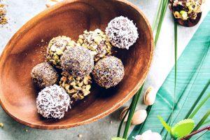 Schokobällchen gewälzt in Kokosrapseln