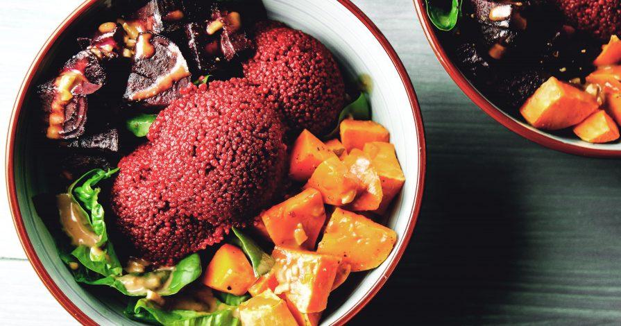Vegane Bowl mit Roter Beete, Couscous und Süßkartoffeln
