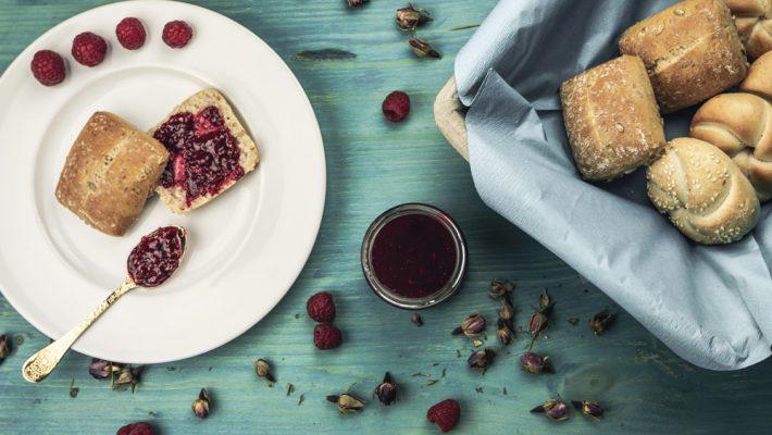 Himbeer-Rosen-Marmelade mit Frühstücksbrötchen