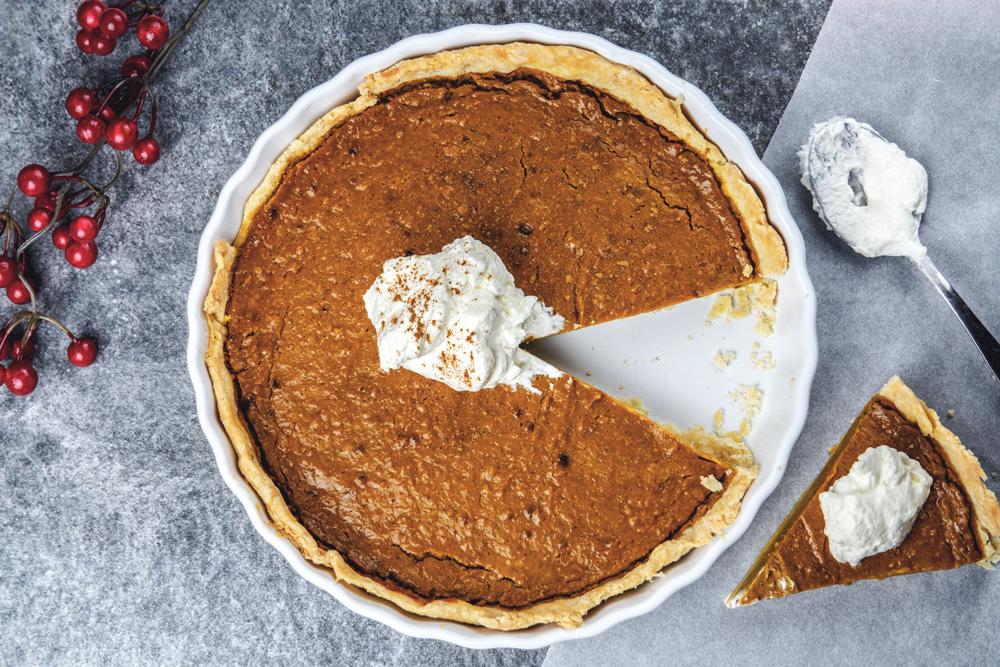 Pumpkin-Pie-mit-Sahne-angeschnitten