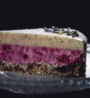 Roh veganer Himbeer-Lavendelkuchen