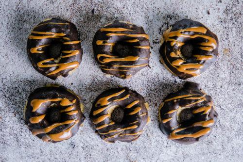 Roh-vegane Mini Donuts mit Schokoladenglasur und Mandelmus