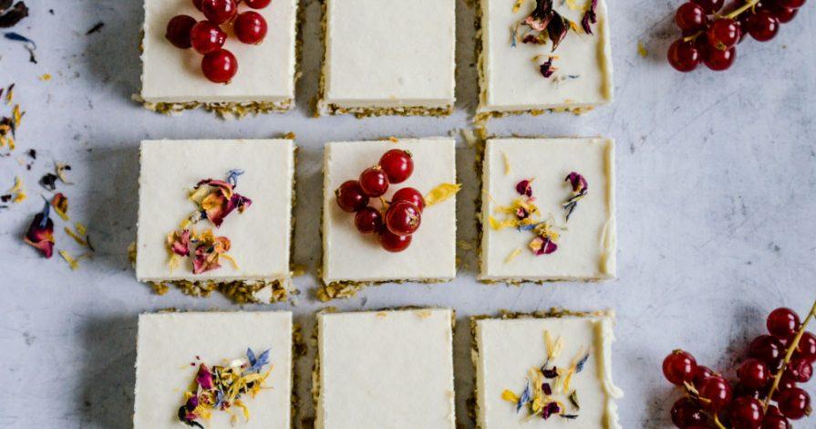 roh vegane lemon bars mit blüten
