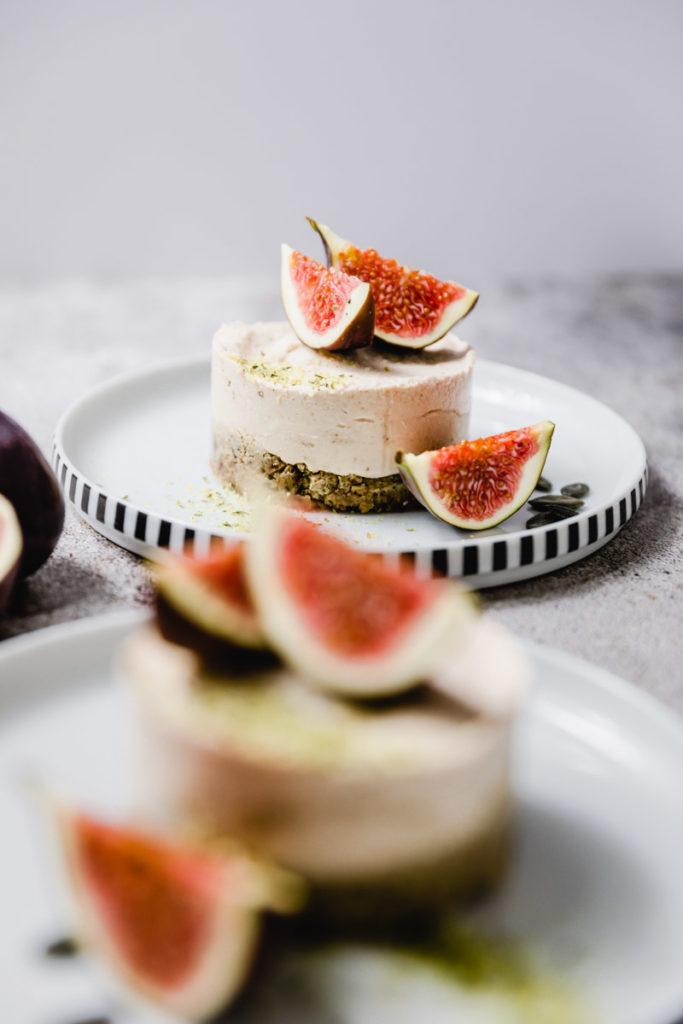 roh-veganer kuchen mit kürbiskernboden und zitronencreme, getoppt mit frischen feigen