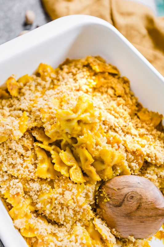 veganes Kürbis Mac and Cheese in der Auflaufform