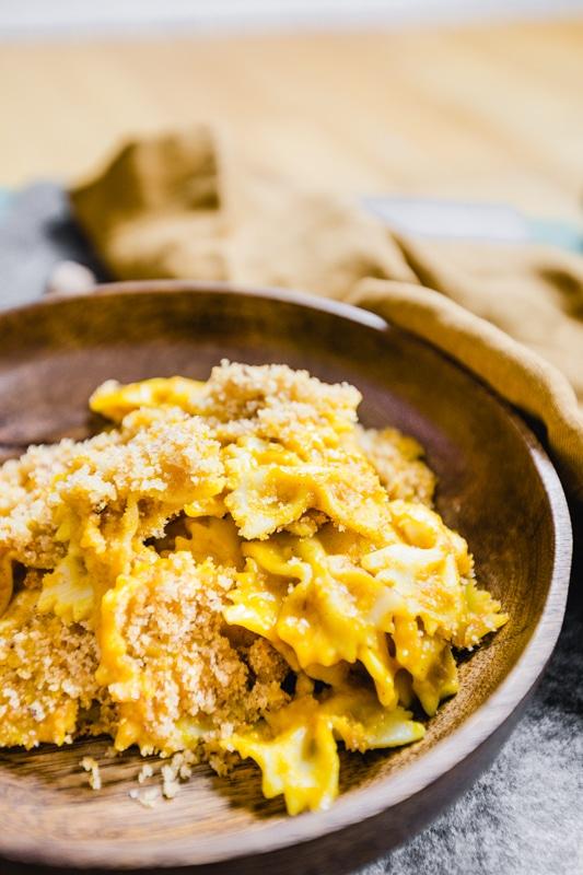 veganes Kürbis Mac and Cheese in Holzteller