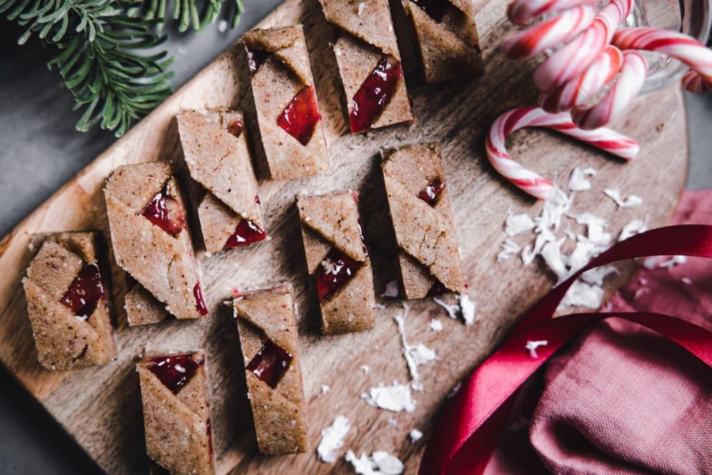 rohkost linzerschnitten kekse auf holzbrett