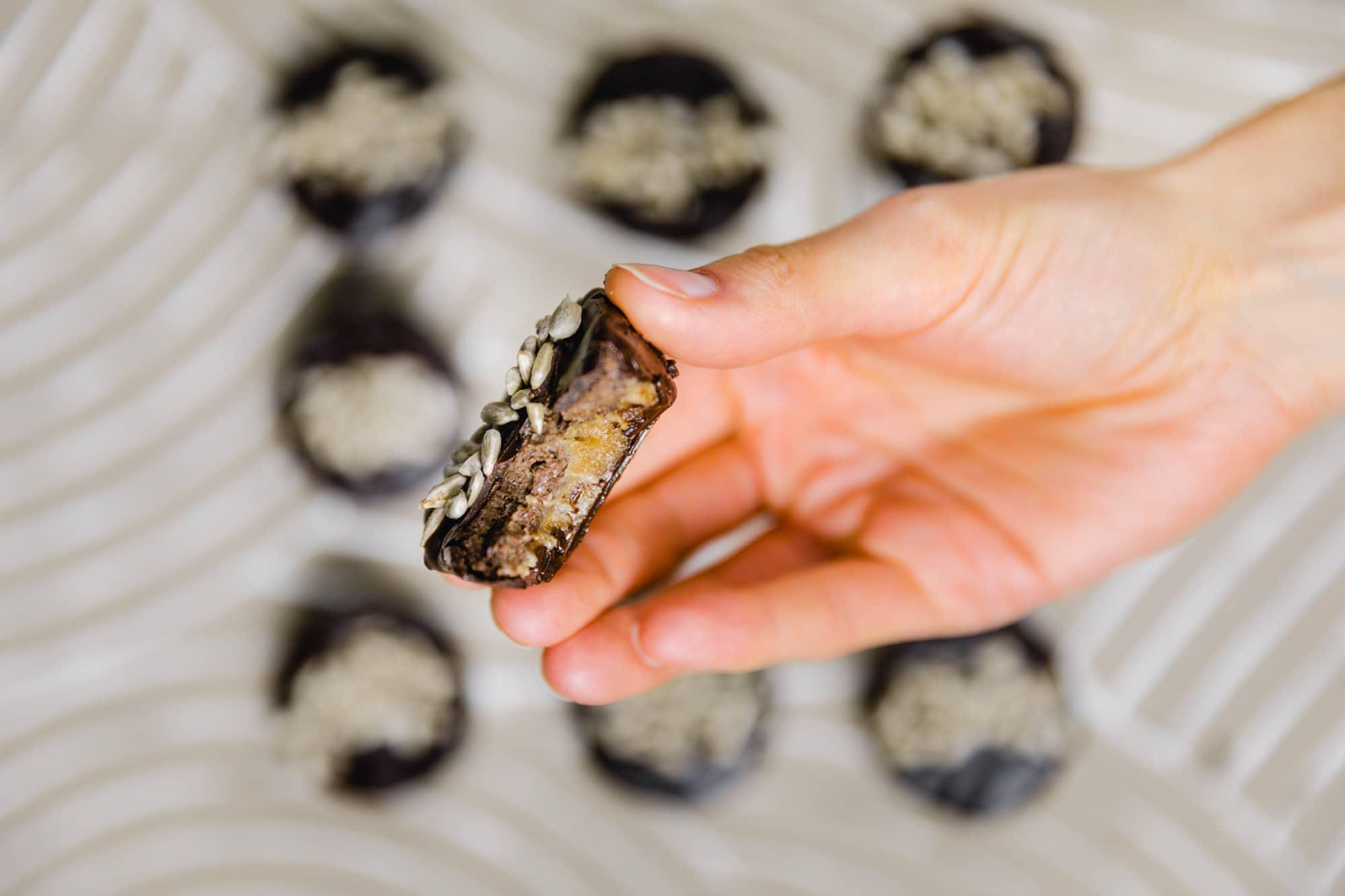 rohveganer snack in reese's form. bestehend aus zwei schichten: cashews und sonnenblumenkernmus
