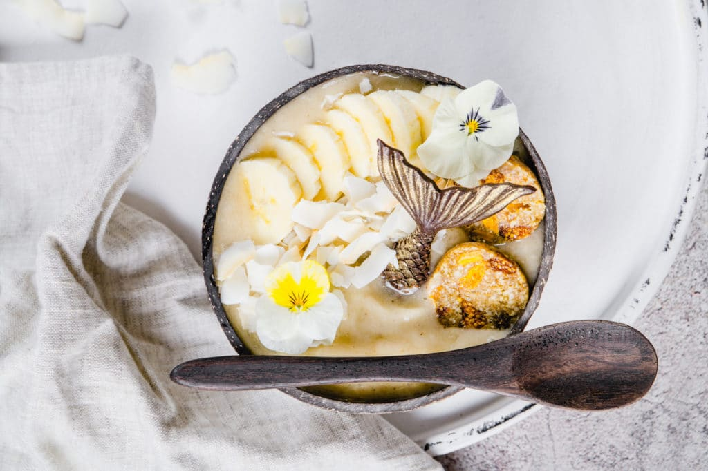 tropical smoothie bowl mit gefriergetrocknetem bananenpulver