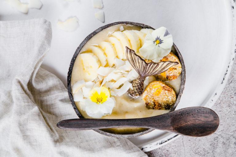 tropical smoothie bowl mit gefriergetrocknetem bananenpulver