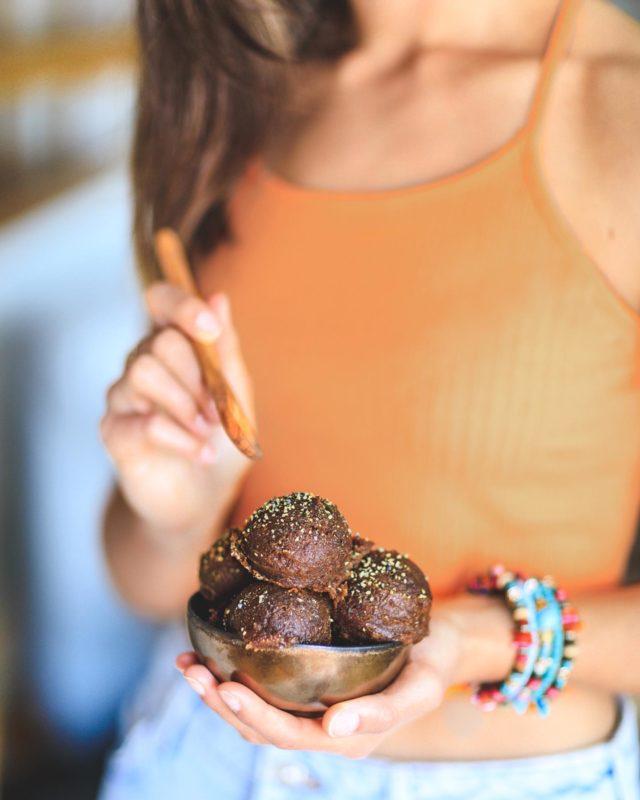 Ich nehm dann gleich mal 2 Kugeln. Oder doch besser 3? Weil für fudge ist doch immer Platz, oder? 😄 Habt ihr schon mal Kürbis Fudge probiert? #VEGAN #SUPERLECKER #halbgebacken ➡️ Swipe für das Rezept! 💥⠀⠀⠀⠀⠀⠀⠀⠀⠀⠀⠀⠀⠀⠀⠀⠀⠀⠀⠀⠀⠀⠀⠀⠀⠀⠀⠀⠀⠀⠀⠀⠀⠀⠀⠀⠀⠀⠀⠀⠀⠀⠀⠀⠀⠀⠀⠀⠀⠀⠀ ________________ ⠀⠀⠀⠀⠀⠀⠀⠀⠀⠀⠀⠀⠀⠀⠀⠀⠀⠀⠀⠀⠀⠀⠀⠀⠀⠀⠀⠀⠀⠀⠀⠀⠀⠀⠀⠀⠀⠀⠀⠀⠀⠀⠀⠀⠀⠀⠀⠀⠀⠀ 🇺🇸 Pumpkin fudge #foodporn! Have you ever had a fudge with #pumpkin? 😏 This one is half-baked! ➡️ Swipe for the recipe! 💥 ⠀⠀⠀⠀⠀⠀⠀⠀⠀⠀⠀⠀⠀⠀⠀⠀⠀⠀⠀⠀⠀⠀⠀⠀⠀⠀⠀⠀⠀⠀⠀⠀⠀⠀⠀⠀⠀⠀⠀⠀⠀⠀⠀⠀⠀⠀⠀⠀⠀⠀ #pumpkinseason #veganfudge #fudgebrownies #fudgecake #simplerecipes #simplebaking #veganfoodie #plantbasedrecipes #plantbaseddessert #feedfeedvegan #thekitchn #pumpkinrecipes #pumpkinpie #beautifulfood #bestofvegan #bestofveganbaking #letscookvegan #f52grams #thrivemags #veganbacken #veganleben #vegandeutschland