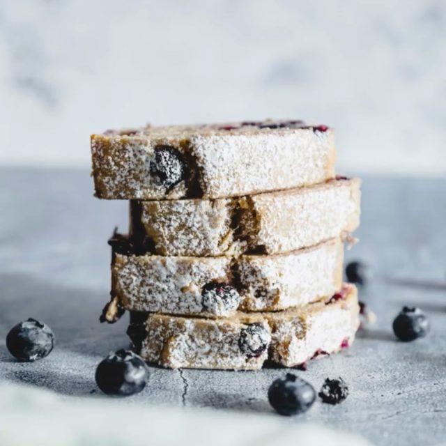 """61 Bananenbrot-Rezepte von klassisch bis pikant und meines ist auch dabei! """"Bananenbrot – Back dich glücklich"""" ist das perfekt Backbuch für Banana Bread Junkies und kann ich euch nur wärmstens empfehlen. 😍 Das Buch gibt's ab 09.10. bei Amazon und Callwey! (Links in Bio!) ⠀⠀⠀⠀⠀⠀⠀⠀⠀⠀⠀⠀⠀⠀⠀⠀⠀⠀⠀⠀⠀⠀⠀⠀⠀⠀⠀⠀⠀⠀⠀⠀⠀⠀⠀⠀⠀⠀⠀⠀⠀⠀⠀⠀⠀⠀⠀⠀⠀⠀  #bananabread #banana #baking #homemade #food #bananabreadsupreme #healthyfood #bananacake #breakfast #bread #cake #foodphotography #instafood #yummy #vegan #chocolate #bananas #dessert #foodstagram #delicious #healthy #tasty #foodblogger #bananabreadinlagos #bananaloaf #healthylifestyle #bananabreadrecipe #foodlover #bhfyp #whenurbosswantsbananabreadyoubakebananabread"""