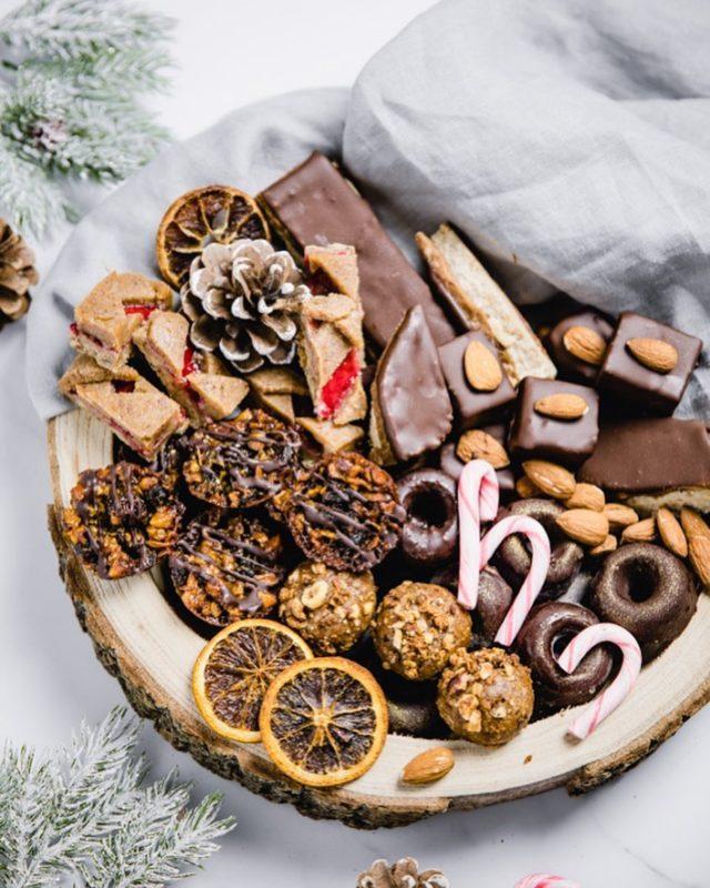 """Meine Version der #cookiebox die ja gerade so gehyped wird auf Insta! 😄 Bisschen spät, aber better late than never. Die """"Box"""" ist natürlich vollgepackt mit #rohkost Keksen - die meisten davon findet ihr in meinem Xmas #Ebook das gemeinsam mit @yoga.cuisine und @betti_licious entstanden ist. Das kennt ihr noch nicht? Dann wirds Zeit! 😋 ➡️ Link zum gratis Download in der Bio! ⠀⠀⠀⠀⠀⠀⠀⠀⠀⠀⠀⠀⠀⠀⠀⠀⠀⠀⠀⠀⠀⠀⠀⠀⠀⠀⠀⠀⠀⠀⠀⠀⠀⠀⠀⠀⠀⠀⠀⠀⠀⠀⠀⠀⠀⠀⠀⠀⠀ #rawcakerecipes #rawcookies #rawdiet #rohkostkekse #rohkostrezepte #rohköstlich #simplerecipes #weihnachten #naschrezepte #weihnachtsbäckerei #weihnachtskekse #keksebacken #kekse #veganekekse #vegandeutschland"""