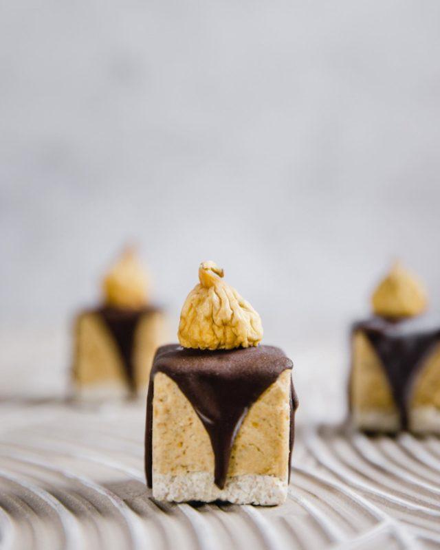 Ab ins Wochenende mit gesalzenem Karamell Raw Cake! Für alle die sich bisher noch nicht an #rawcakes getraut haben, weil sie oftmals aufwendig sind ist das hier der perfekter Starter! Glaubt ihr mir wahrscheinlich nicht - aber ich schwör, 😜 der ist wirklich easy peasy herzustellen. Für jede Schicht werden einfach alle Zutaten im Hochleistungsmixer gemixt, in die Form gefüllt und eingefroren. Auch bei der Verzierung ist nichts dabei. Einfach geschmolzene Schoko drüber kippen und mit einer Feige verzieren. 🤞🏼Salted Caramel Raw Cake (6 Stück)⠀⠀⠀⠀⠀⠀⠀⠀⠀⠀⠀⠀⠀⠀⠀⠀⠀⠀⠀⠀⠀⠀⠀⠀⠀⠀⠀⠀⠀⠀⠀⠀⠀⠀⠀⠀⠀⠀⠀⠀⠀⠀⠀⠀⠀⠀⠀⠀⠀⠀ Boden:  ☼  200 g Mandeln ☼  40 g Kokosmehl ☼  1 EL Kokoscreme (fester Bestandteil der Kokosmilch) ☼  2 EL Kokosblütensirup  ☼  1 EL Kokosöl ⠀⠀⠀⠀⠀⠀⠀⠀⠀⠀⠀⠀⠀⠀⠀⠀⠀⠀⠀⠀⠀⠀⠀⠀⠀⠀⠀⠀⠀⠀⠀⠀⠀⠀⠀⠀⠀⠀⠀⠀⠀⠀⠀⠀⠀⠀⠀⠀⠀⠀ Karamellschicht: ☼  2 große EL Kokoscreme (fester Bestandteil der Kokosmilch) ☼  250 g Dattelpaste ☼  1 EL Mandelmus ☼  Prise Salz ⠀⠀⠀⠀⠀⠀⠀⠀⠀⠀⠀⠀⠀⠀⠀⠀⠀⠀⠀⠀⠀⠀⠀⠀⠀⠀⠀⠀⠀⠀⠀⠀⠀⠀⠀⠀⠀⠀⠀⠀⠀⠀⠀⠀⠀⠀⠀⠀⠀⠀ Topping ☼  Kakaobutter 20  ☼  Kakaonibs 210 g  ☼  6 getrocknete Mini Feigen ⠀⠀⠀⠀⠀⠀⠀⠀⠀⠀⠀⠀⠀⠀⠀⠀⠀⠀⠀⠀⠀⠀⠀⠀⠀⠀⠀⠀⠀⠀⠀⠀⠀⠀⠀⠀⠀⠀⠀⠀⠀⠀⠀⠀⠀⠀⠀⠀⠀⠀ 1. Die Mandeln für den Boden über Nacht einweichen und anschließend das Einweichwasser abgießen.  2. Für den Boden, alle Zutaten im Hochleistungsmixer zerkleinern und den Teig gleichmäßig ca. 1 cm hoch in die Förmchen pressen. Einfrieren bis die Schicht fest geworden ist.  3. Für die Karamellmasse, alle Zutaten im Hochleistungsmixer vermengen. Du kannst je nach Geschmack das Salz komplett weglassen oder mehr hinzufügen.  4. Die Karamellmasse über dem gefrorenen Boden verteilen und erneut einfrieren.  5. Für das Topping, Kakaonibs und Kakaobutter langsam in einer Kasserolle schmelzen und über die gefrorenen Raw Cakes gießen. Langsam und wenig, dann erhältst du den Tropfen-Effekt. Bevor die Schokolade fest wird, noch eine Mini Feige in die Mitte setzen.  6. Im Gefrierfach aufbewahren und vor dem Verzehr 10 Minuten antauen lassen. #backennmachtspass #lecker #kuchen #selbstgekocht #leckerschmeck