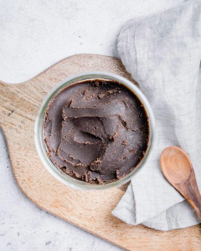 Die Wahl zwischen Brownie Teig und Fudge ist nicht so meins 😜. Ich hab mich also an einem #fudgy Haselnuss Brownie Teig versucht und einen Allrounder kreiert. Der Teig ist perfekt zum Löffeln und als Basis für Raw Cakes. Ein paar Rezepte dazu zeige ich euch in den nächsten Wochen ☺️. In der Zwischenzeit gibt's das Rezept hier über den Link in der Bio! ⠀⠀⠀⠀⠀⠀⠀⠀⠀⠀⠀⠀⠀⠀⠀⠀⠀⠀⠀⠀⠀⠀⠀⠀⠀⠀⠀⠀⠀⠀⠀⠀⠀⠀⠀⠀⠀⠀⠀⠀⠀⠀⠀⠀⠀⠀⠀⠀⠀ #rawdough #rawcake #rawvegan #rawfood #cookiedough #keksteig #veganerezepte #naschen #gesundnaschen #fudge #selbermachen #selberbacken #naschliebe #teigverliebt #schokoladentraum #lecker